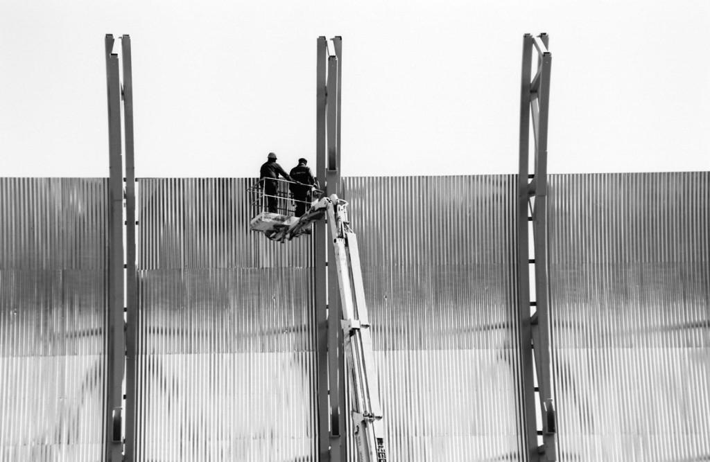 Kaksi miestä nosturissa tutkimassa Kiasman seinää. Kuva Kiasman rakennustyömaalta.
