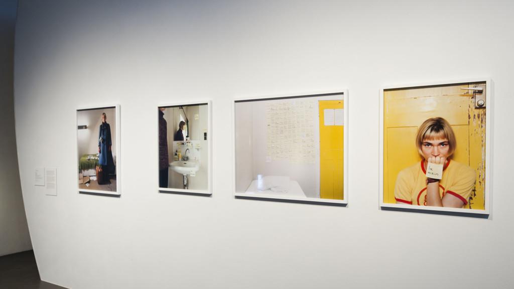 Neljä valokuvateosta gallerian seinällä.