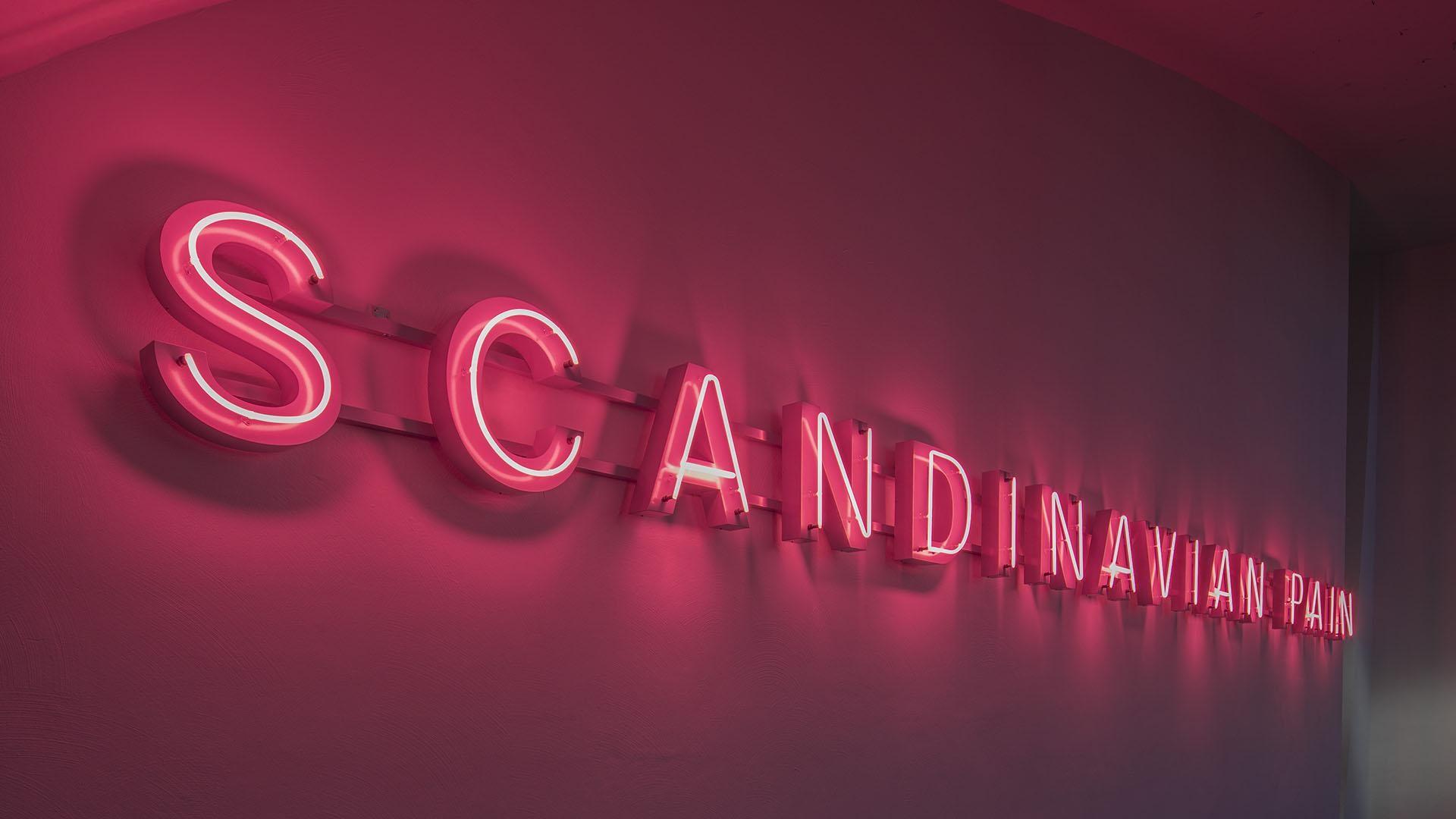 Punainen neonvalo, jossa lukee Scandinavian Pain.