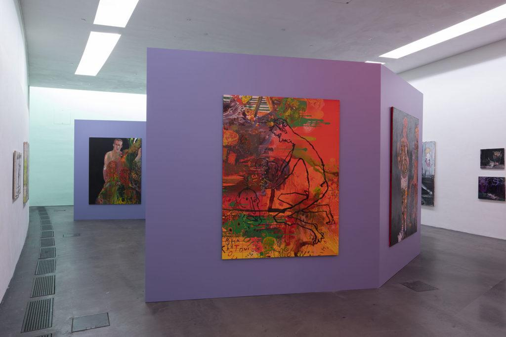 Teoksia Hullu rakkaus -näyttelyssä Kiasman värikkäillä seinillä.