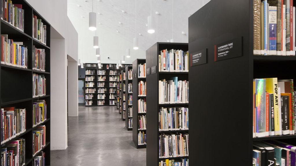 Kirjahyllyjä täynnä kirjoja ja käytävä.