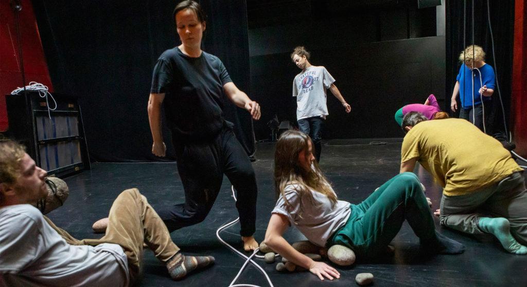 Esityksen työryhmä harjoittelee näyttämöllä.