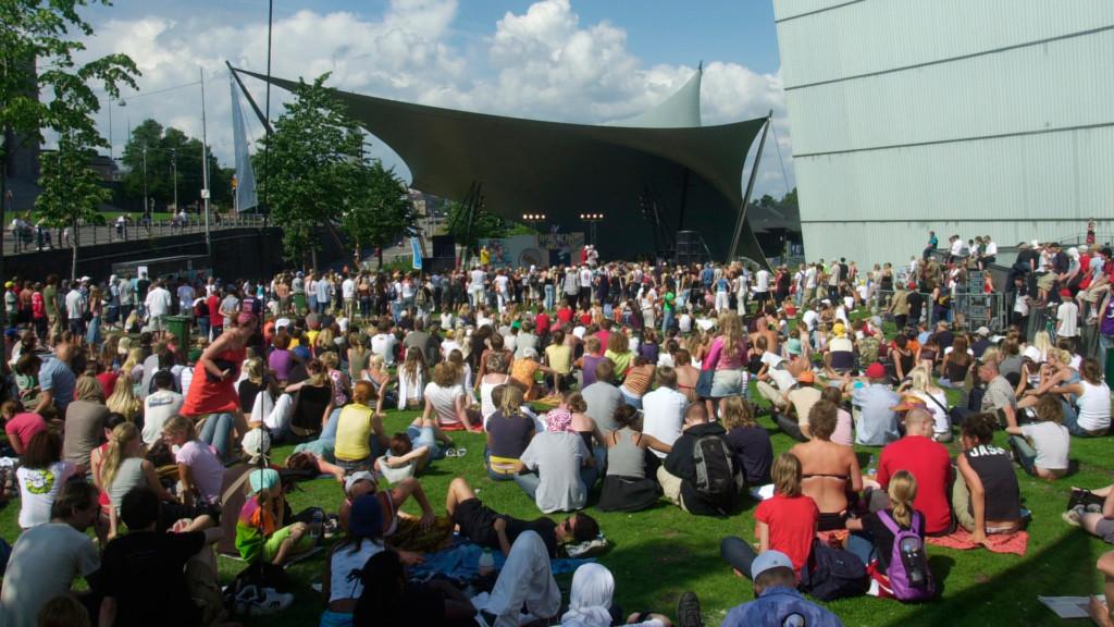 Yleisöä konsertissa Kiasman edustalla olevan ulkolavan edessä.