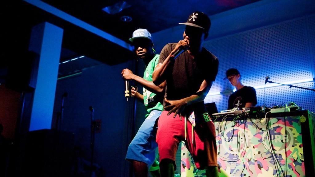Kaksi räppärimiestä lavalla.