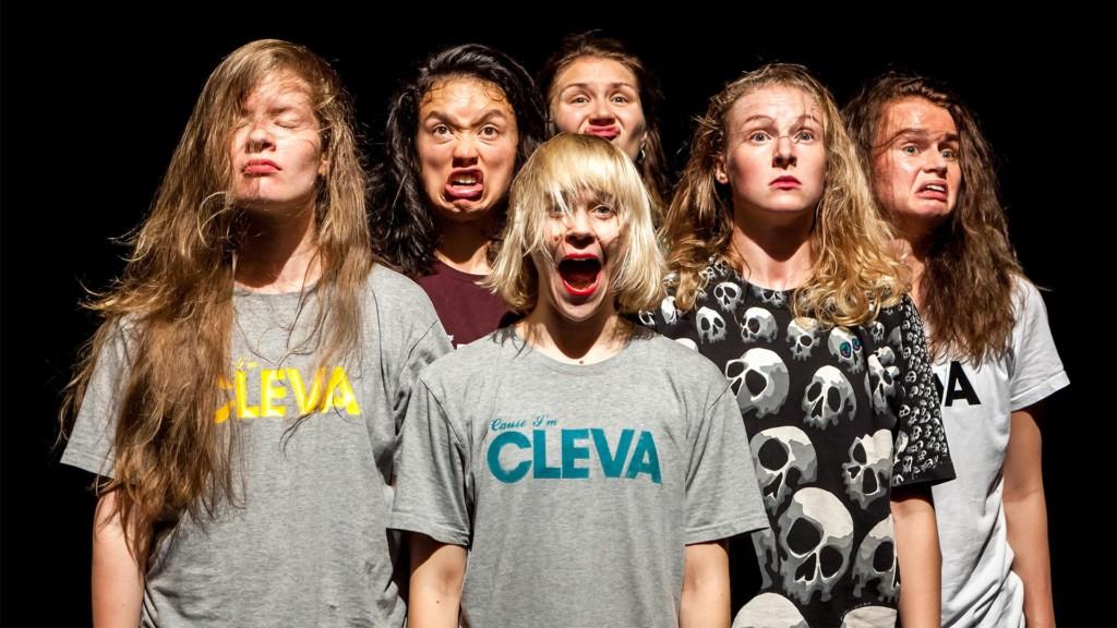 Kuusi naista poseeraa väännellen kasvojaan.