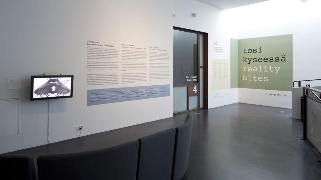 Näyttelytekstejä Kiasman 4. kerroksen aulassa.