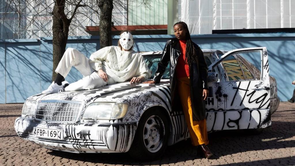 Sheikki ja Fiona Musaga auton edessä.