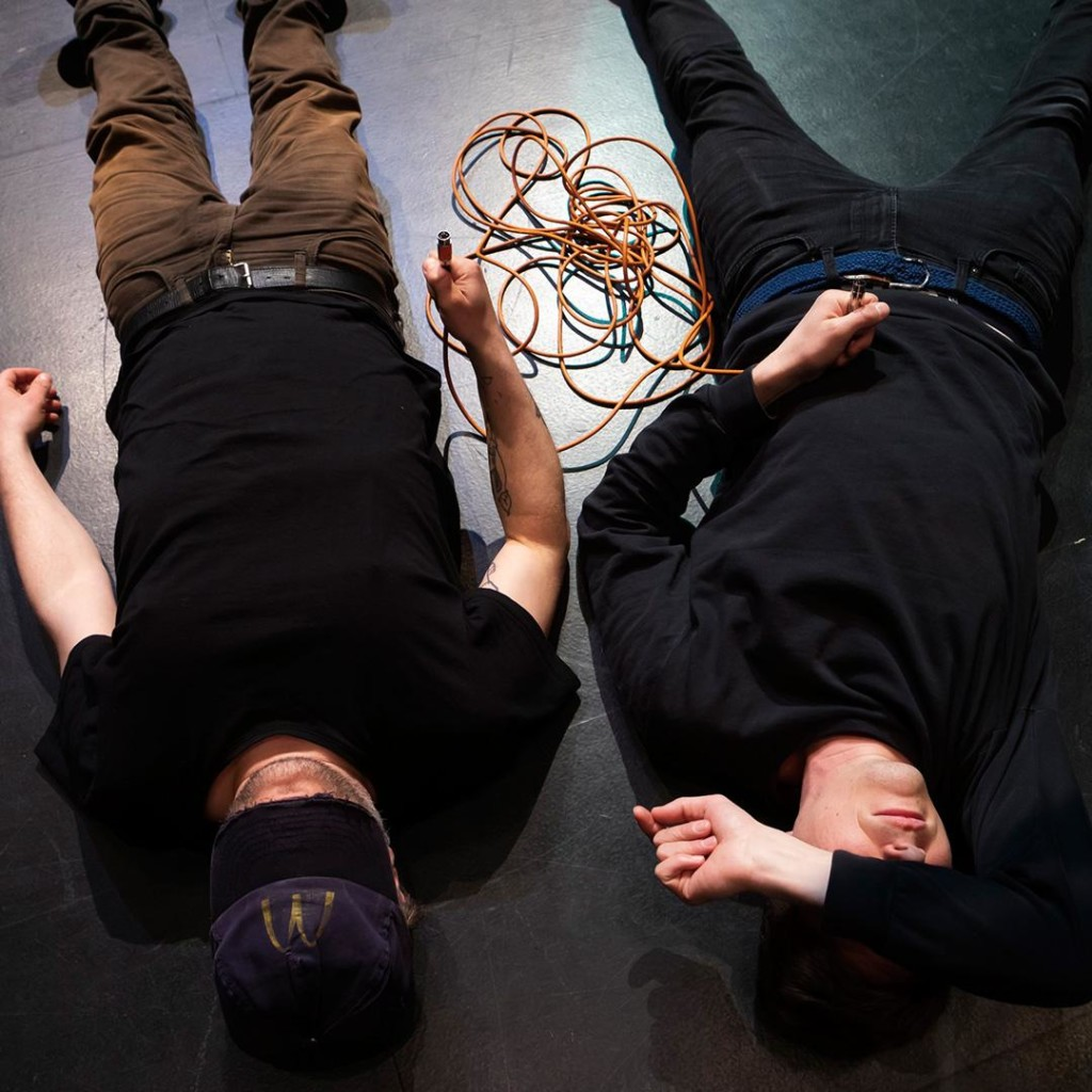 Äänisuunnittelijat makaavat lattialla.
